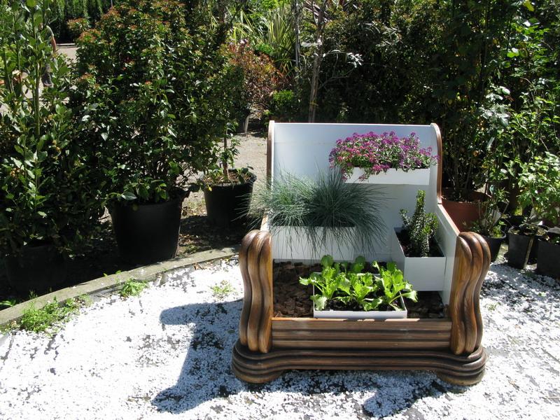 Riciclo creativo con aiuole fiorite al fuori salone giardini in viaggio - Aiuole giardino fai da te ...