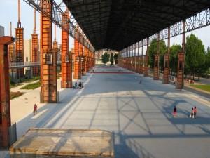 Il grande capannone centrale riconvertito ad aree gioco con campetti sportivi