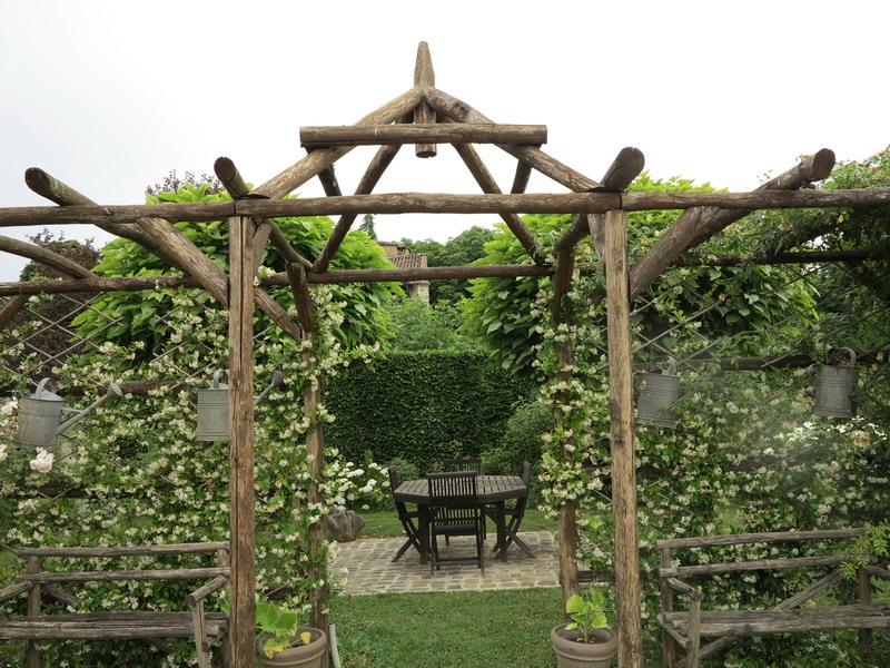 La struttura pergola di legno di castagno che circonda l'orto e la ...