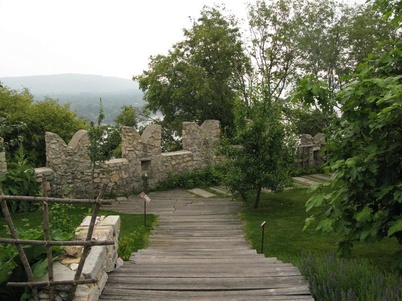 Il giardino medievale della Rocca di Angera a giugno